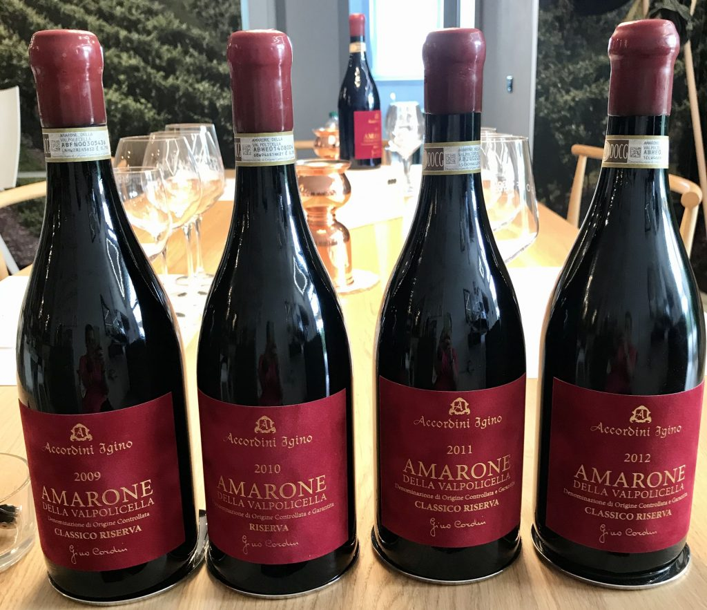 Bottiglie Amarone Accordini Igino con etichetta rossa
